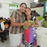 Irmã Diolinda - recebendo prêmio das mãos da Missionária Cecília