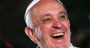 """Ativistas gays organizam """"Beijaço LGBT"""" em protesto contra o papa Francisco durante abertura da Jornada Mundial da Juventude"""