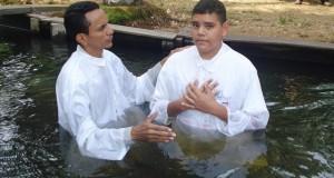 ARAGUATINS: AD CIADSETA realiza batismo de novos membros; pastor Valmir Rodrigues foi o celebrante